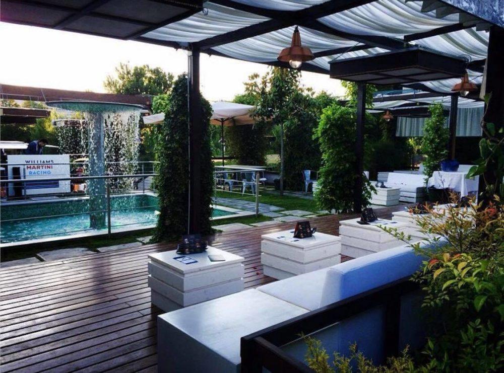 divanetti binachi nel secret garden azhar