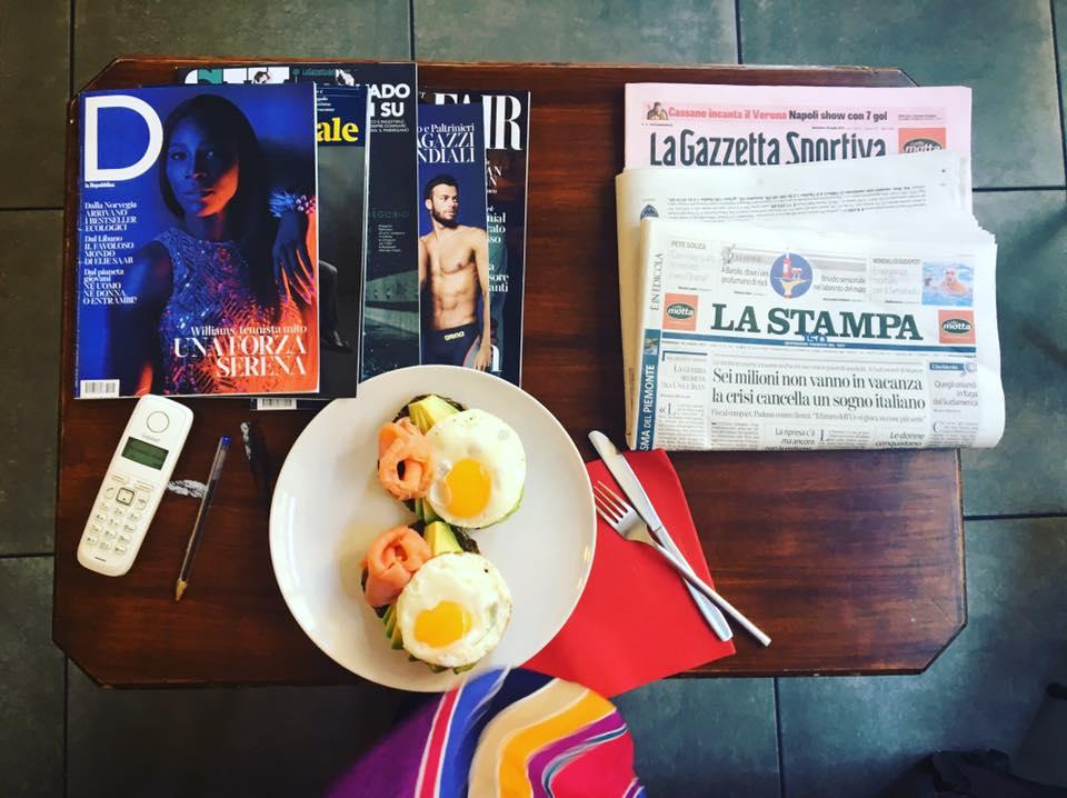 foto dall alto, tavolo con uova con salmone e giornali e quotidiani