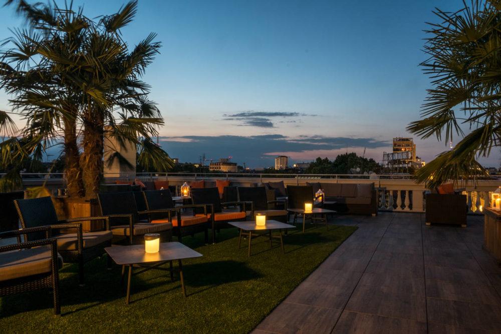 terrazza turin palace si sera con candele sui tavolini