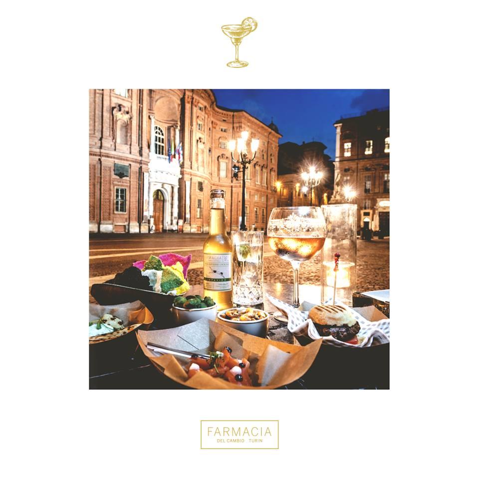 aperitivo con stuzzichini e con vista su Piazza Carignano Torino