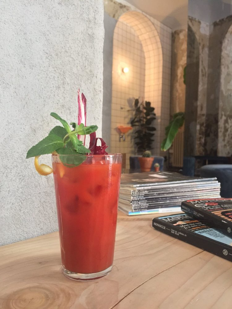 cocktail rosso sul tavolo dell'isola di san salvario