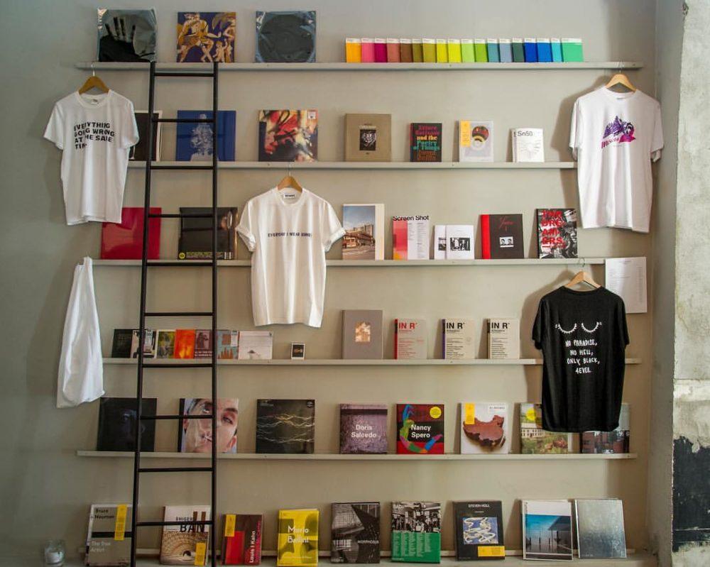 magliette e dischi che si vendono all'interno dell'isola a san salvario