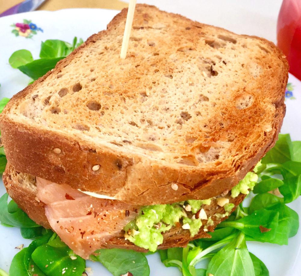 toast avocado, salmone, granella d nocciole