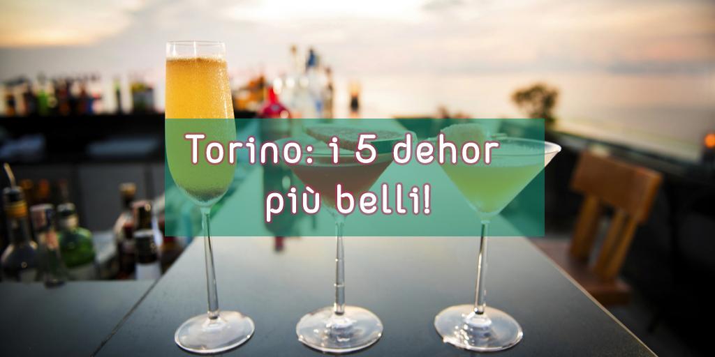 3 cocktail su un tavolo e con sfondo un dehor
