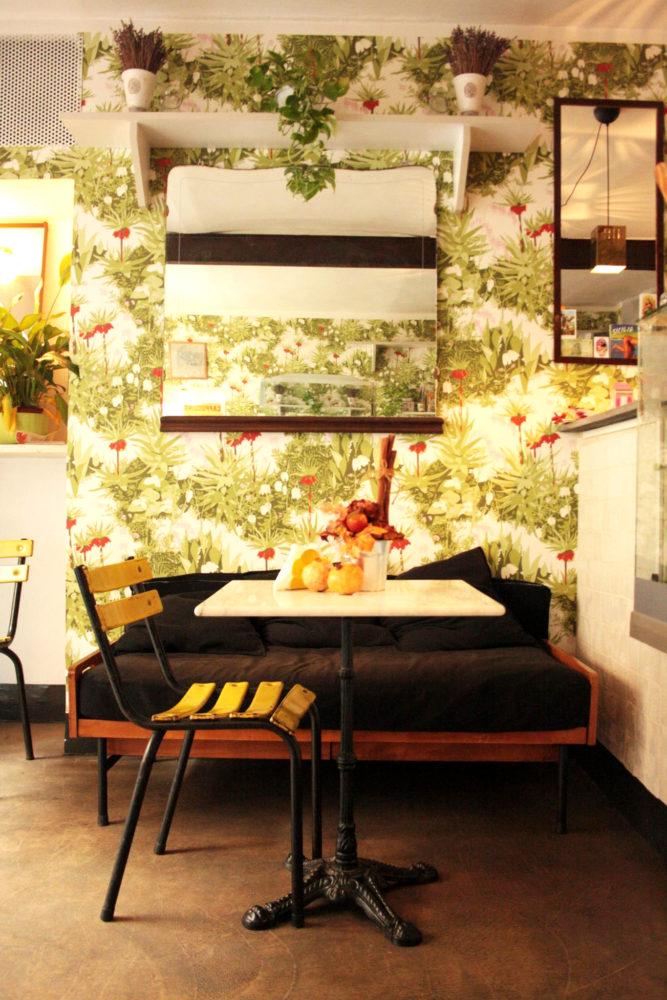 divanetto, tavolo e sedia del qui in vanchiglia