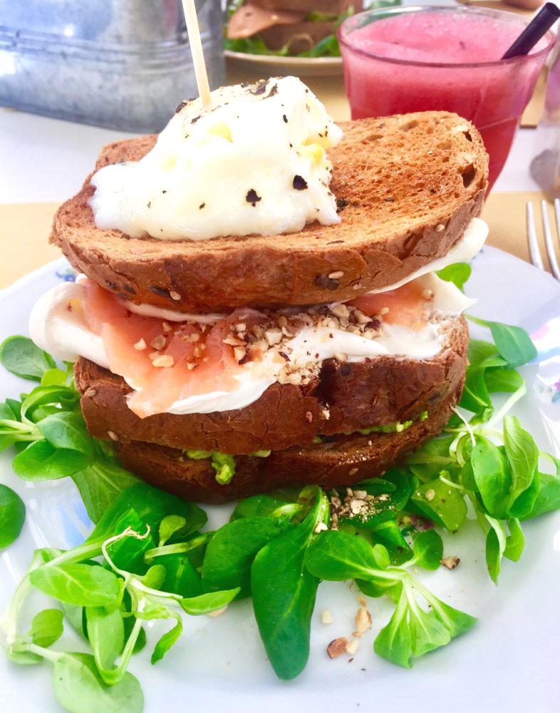 toast con avocado, samone creme fraiche e uovo