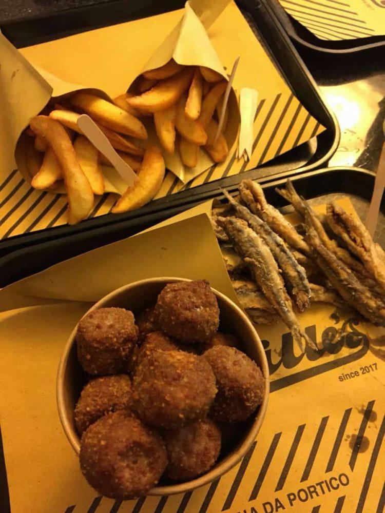 coppetta con polpette di manzo, coni di patate fritte e alici fritte