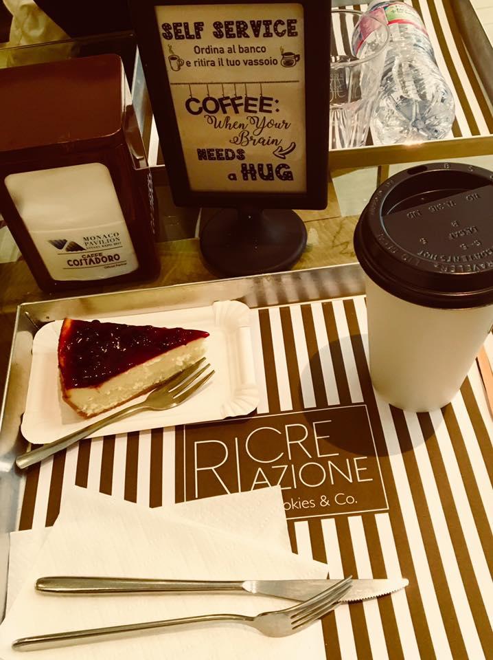 brunch dolce con cheesecake e caffè americano