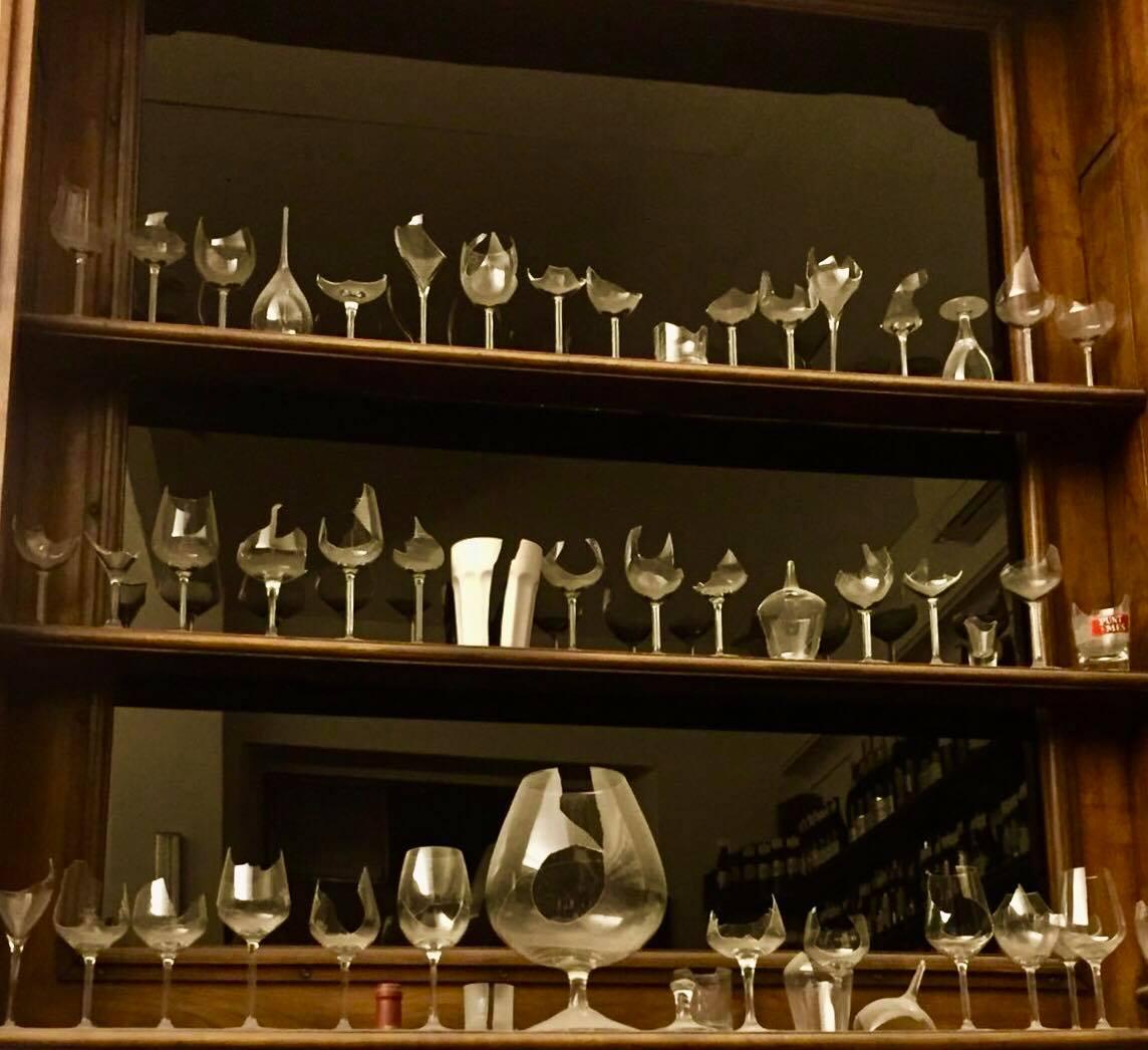 bicchieri di vetro su scaffale