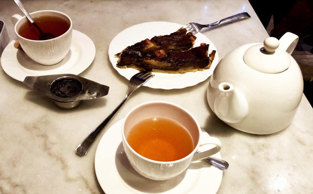 torta per e cioccolato con 2 tazze di tè e teiera
