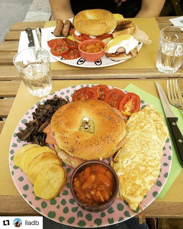 brunch con bagel, omelette patate e pomodori