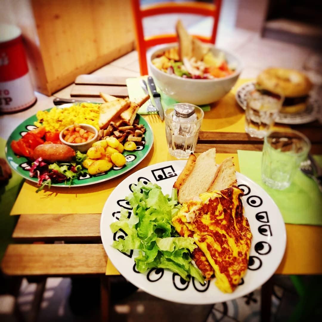 brunch con uova strapazzate, omelette, salsiccia e fagioli