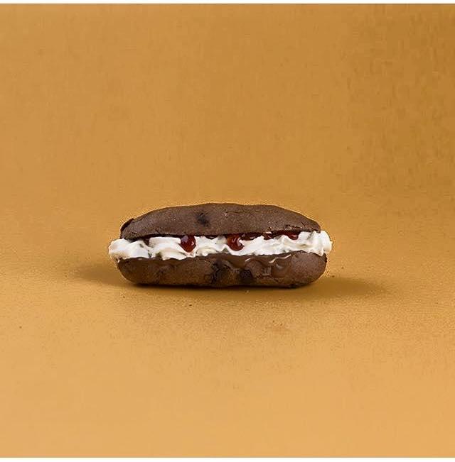 panino al cioccolato con crema di formaggio e marmellata di fragole