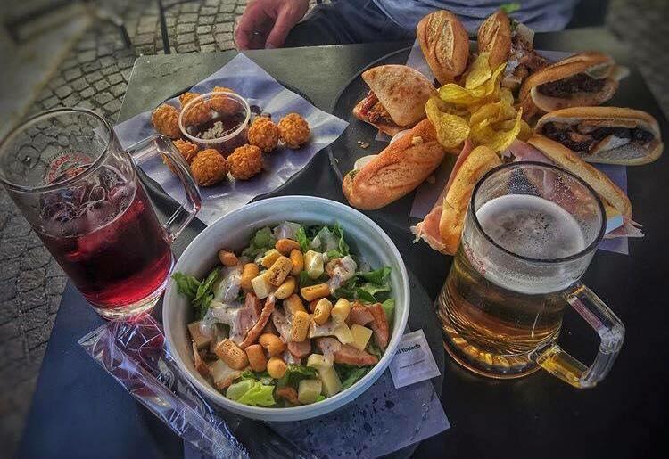 ceasar salad, panini e crocchette di jamon