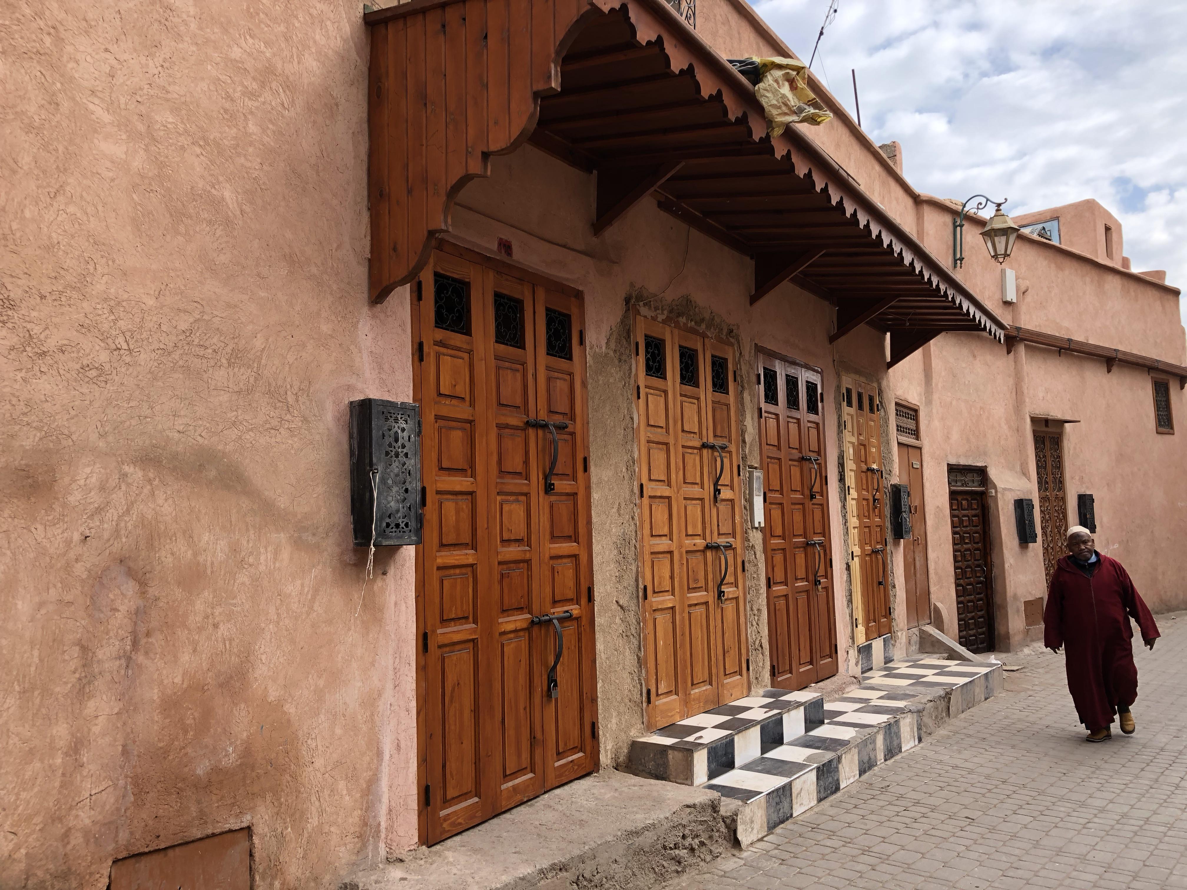 portesu una strada di marrakech