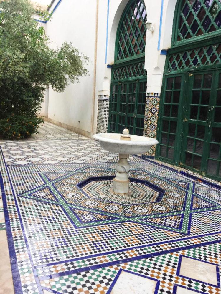fontana e ceramiche di palazzo di bahia a Marrakech