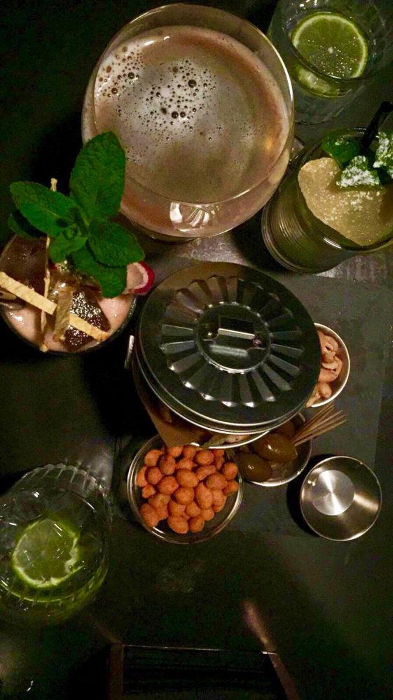 Gin Tonic, Moscow Mule e cocktail Zanzibar (Martini Rosso, Bitter, Maracuja, Tamarindo e Soda).