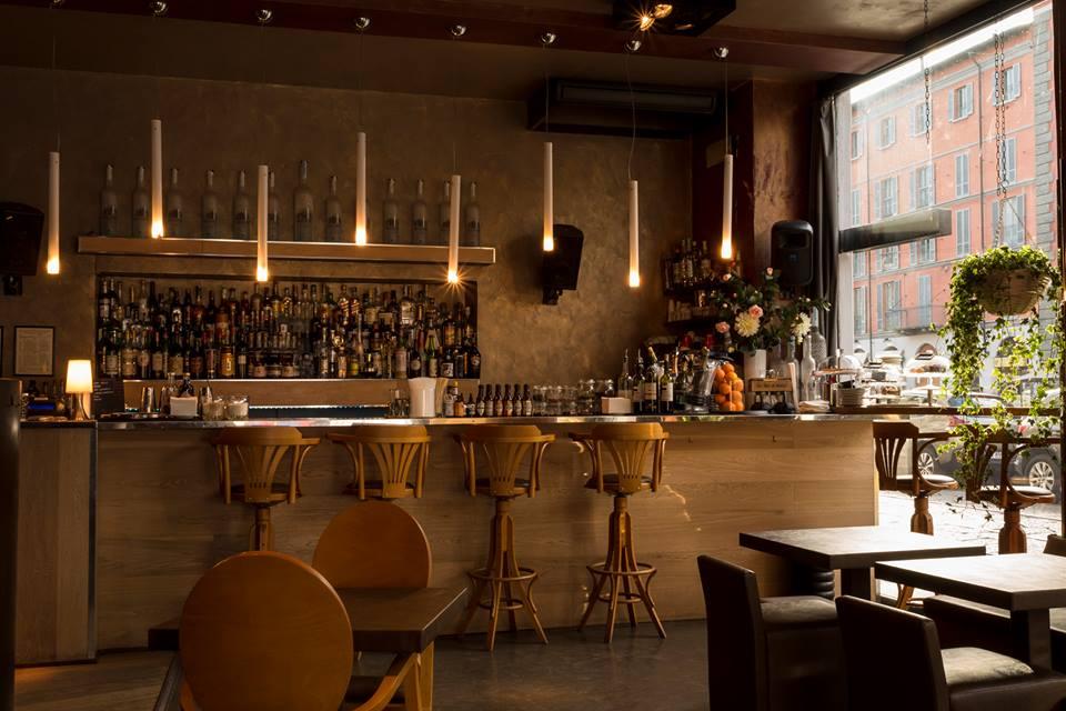 bancone del bar e sedie