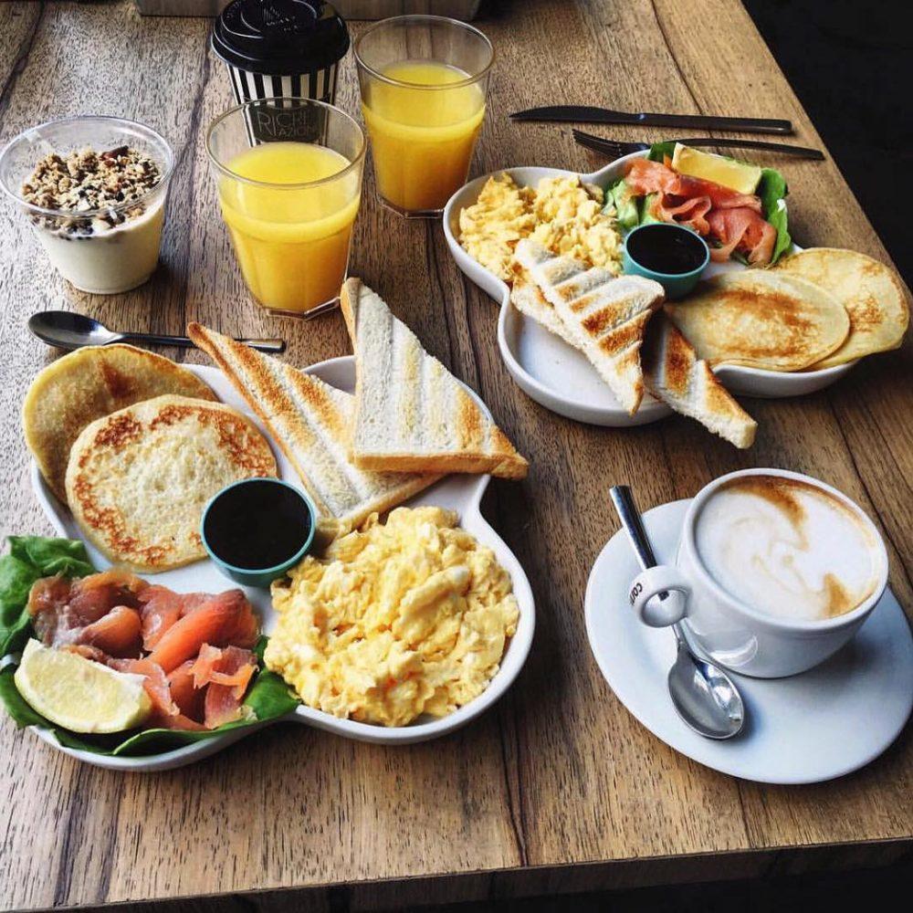 uova strapazzate, cappuccino, 2 spremute d'arancia, pancakes e salmone
