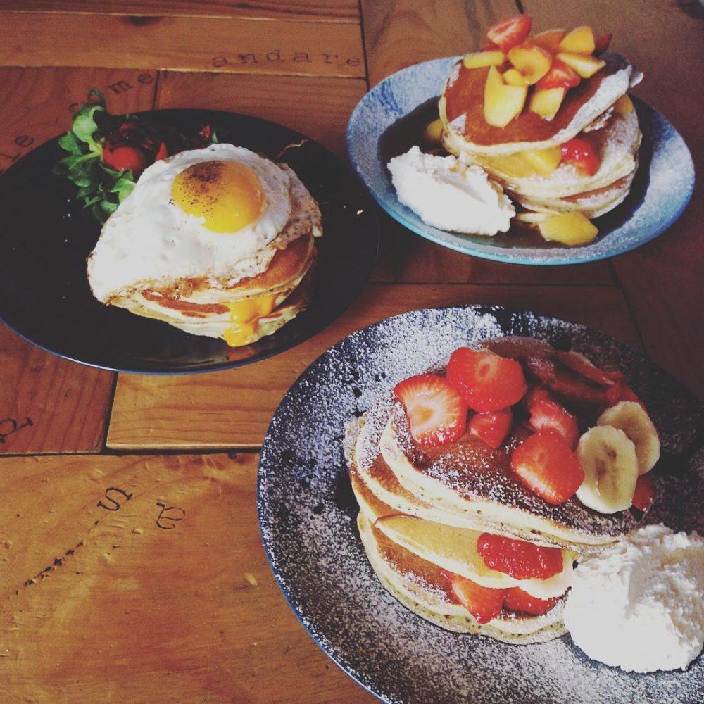 pancakes con frutta epancakes con uovo all'occhio di bue