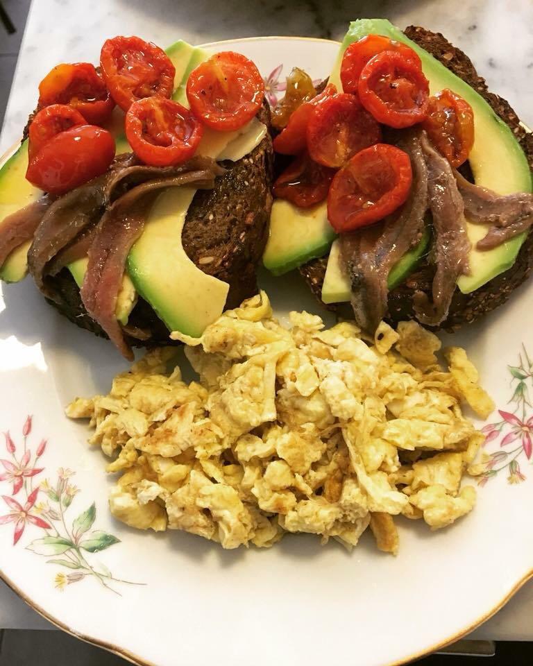 uova strpazzate, acciughe, avocado, pomodori confit, pane