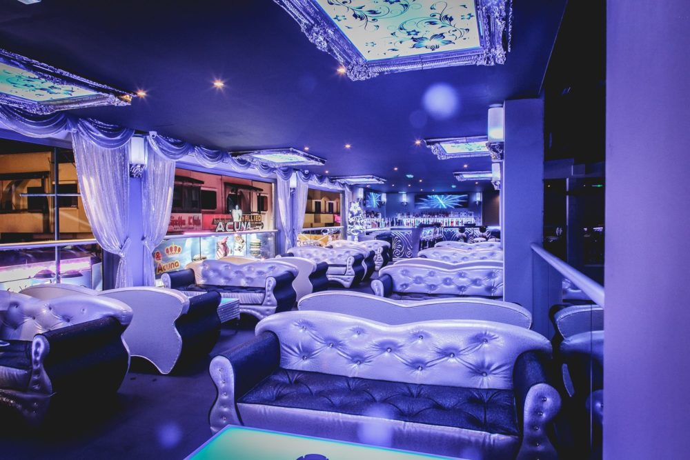 divanetti di in privè in discoteca