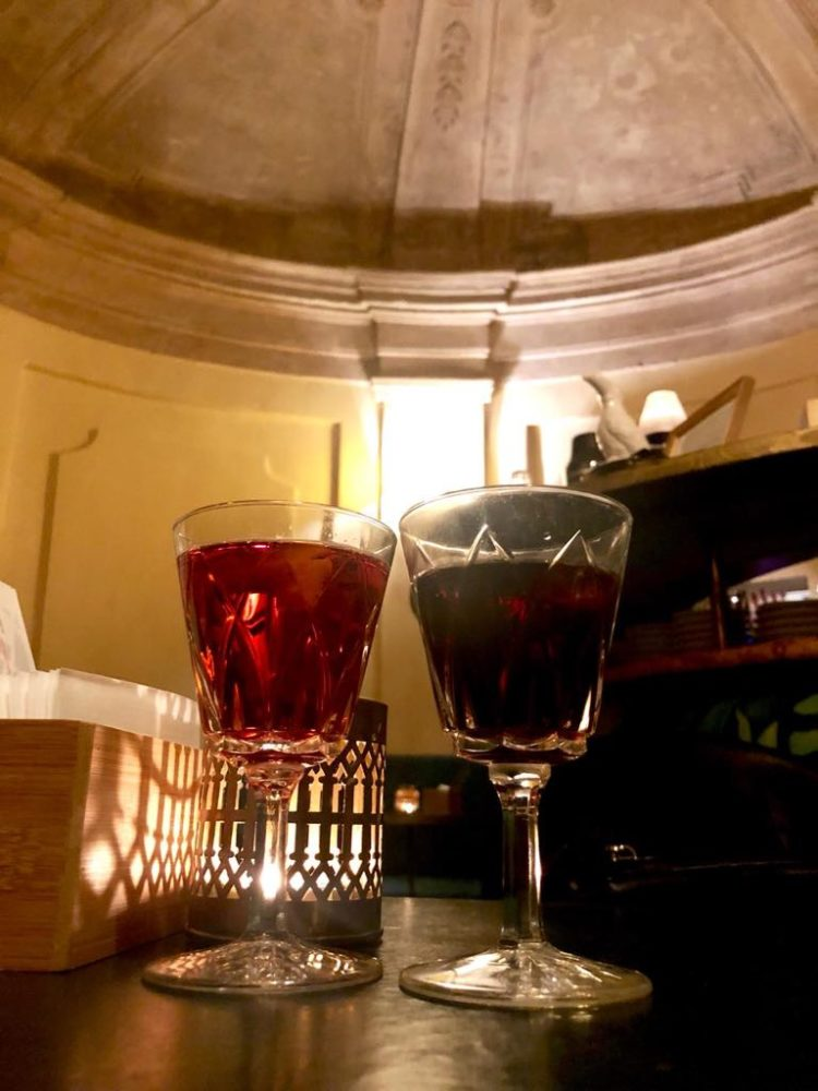 2 bicchieri di vermouth e amaro