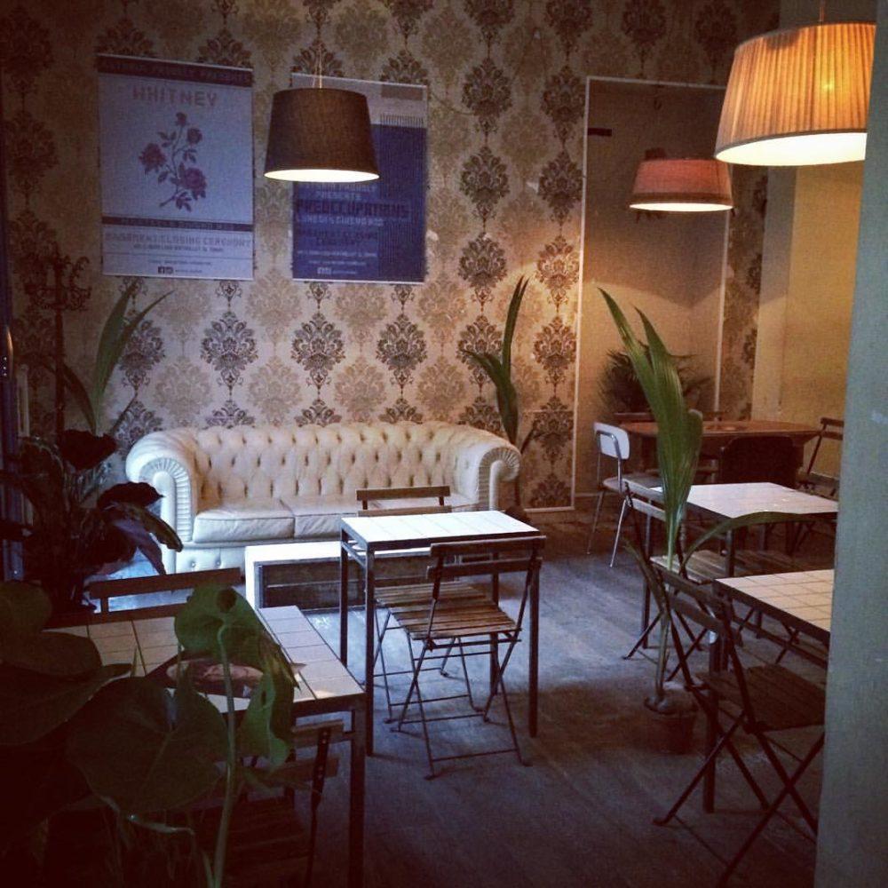 divano e tavolini del locale astoria di torino