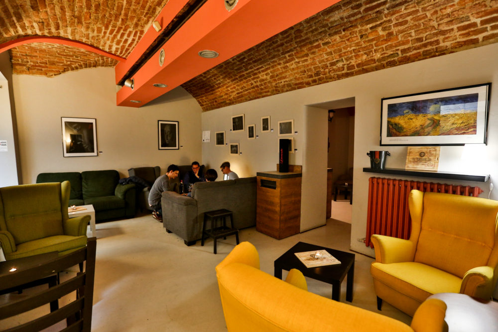 interno del locale baudelaire con tavoli e divani