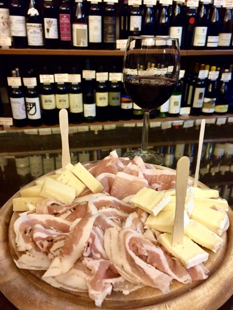 tagliere salumi e formaggi e calice di vino rosso