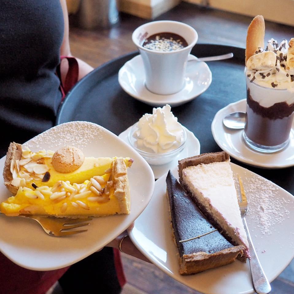torte e cioccolata con panna montata
