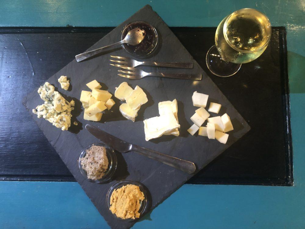 aperitivo con formaggi francesi e vino bianco