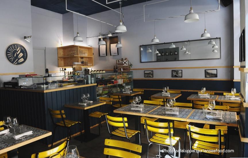 ristorante scialuppa con tavolini e sedie gialle