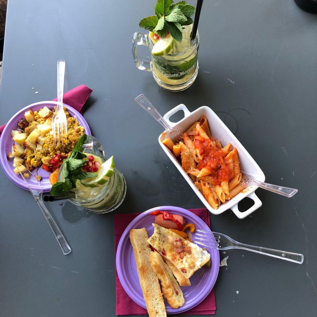 piatto di pasta, focaccia, cous cous e mojito