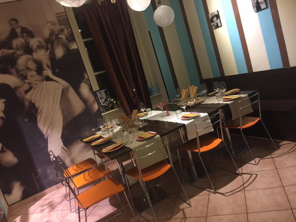 locale con ai muri foto di audrey hapburn in colazione da tiffany