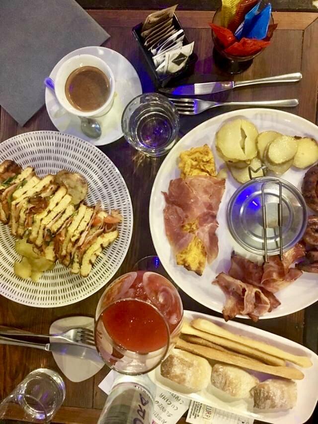 brunch con club sandwich ed English breakfast