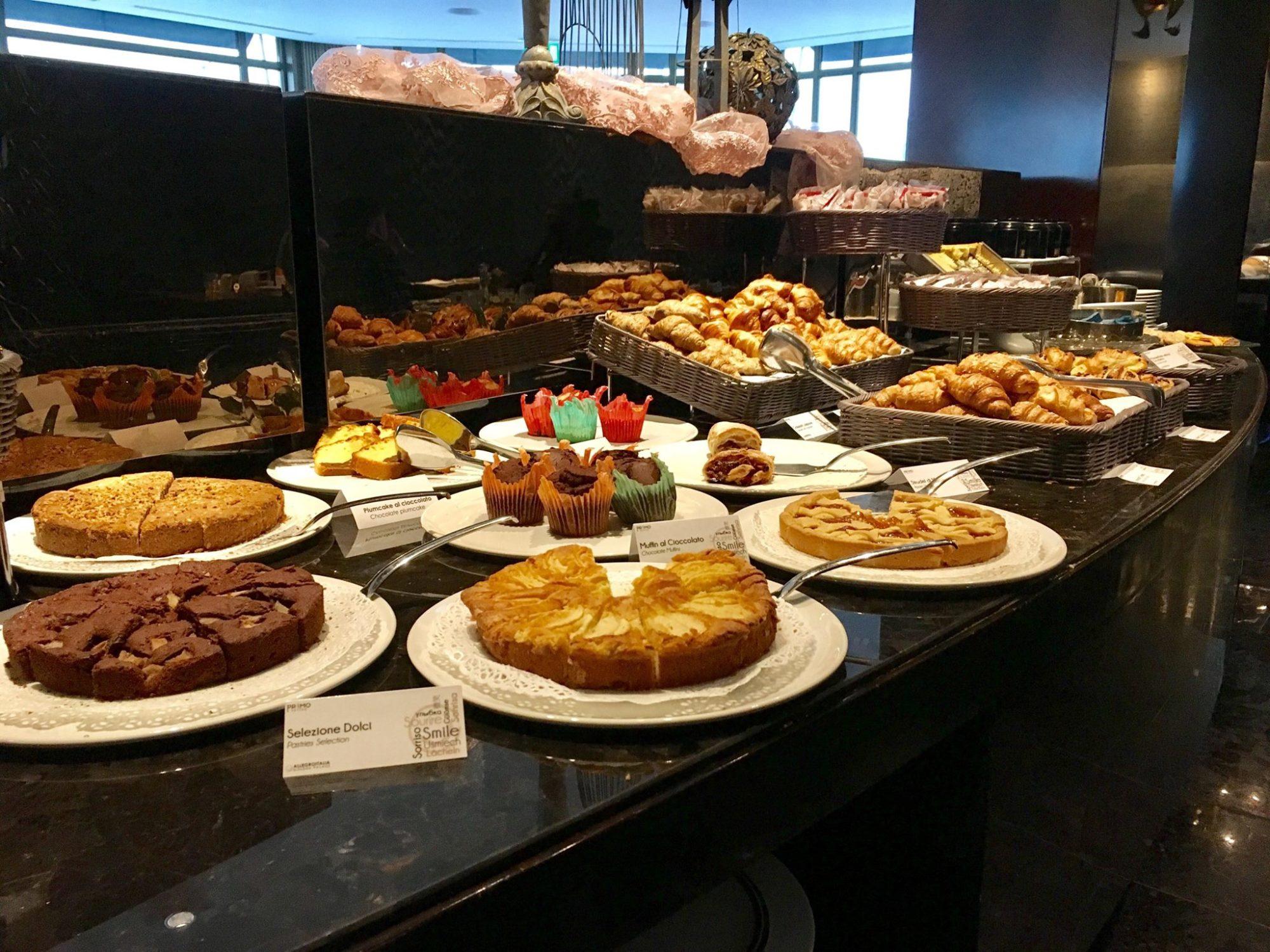 brunch a buffet con torte, croissante muffin