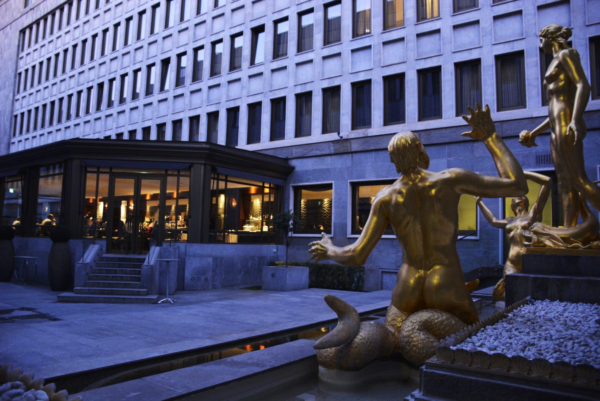 terrazza estiva con statue dorate del golden palace