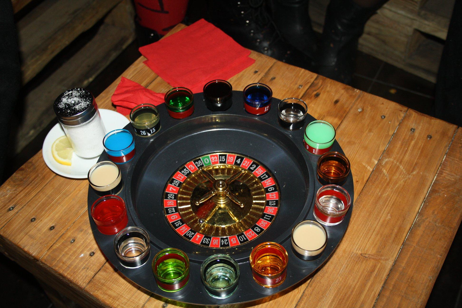 roulette alcolica con bicchierini con cocktail