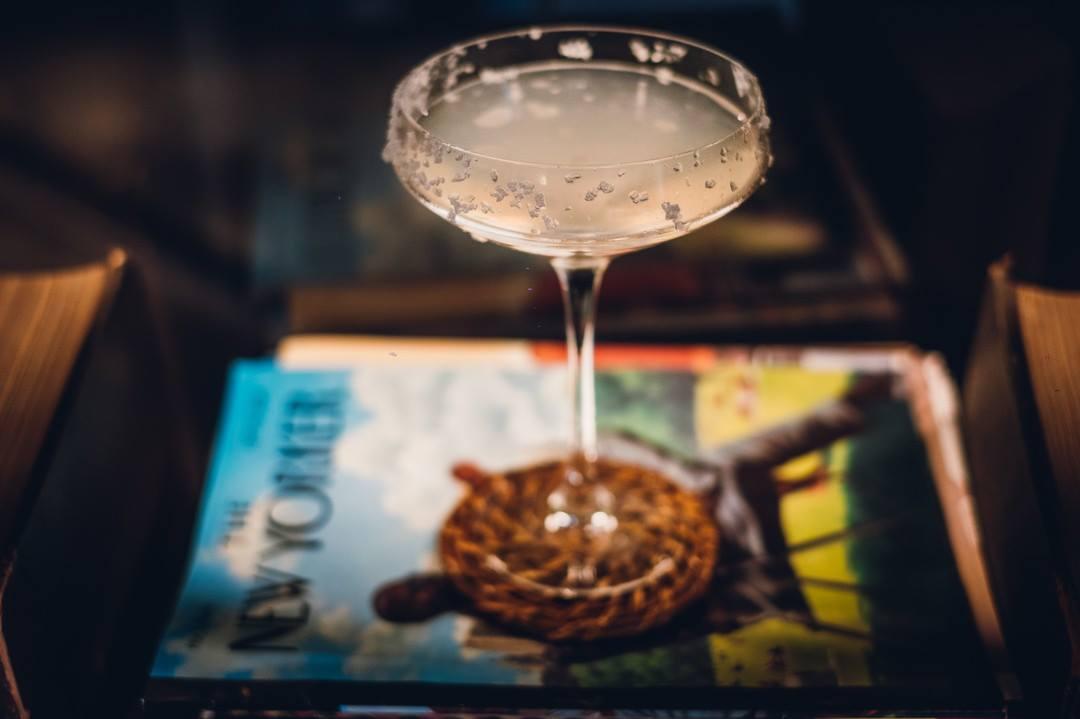 cocktail appoggiato su nee yorker