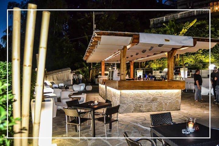 terrazza con angolo bar e tavolini e sedie bianche
