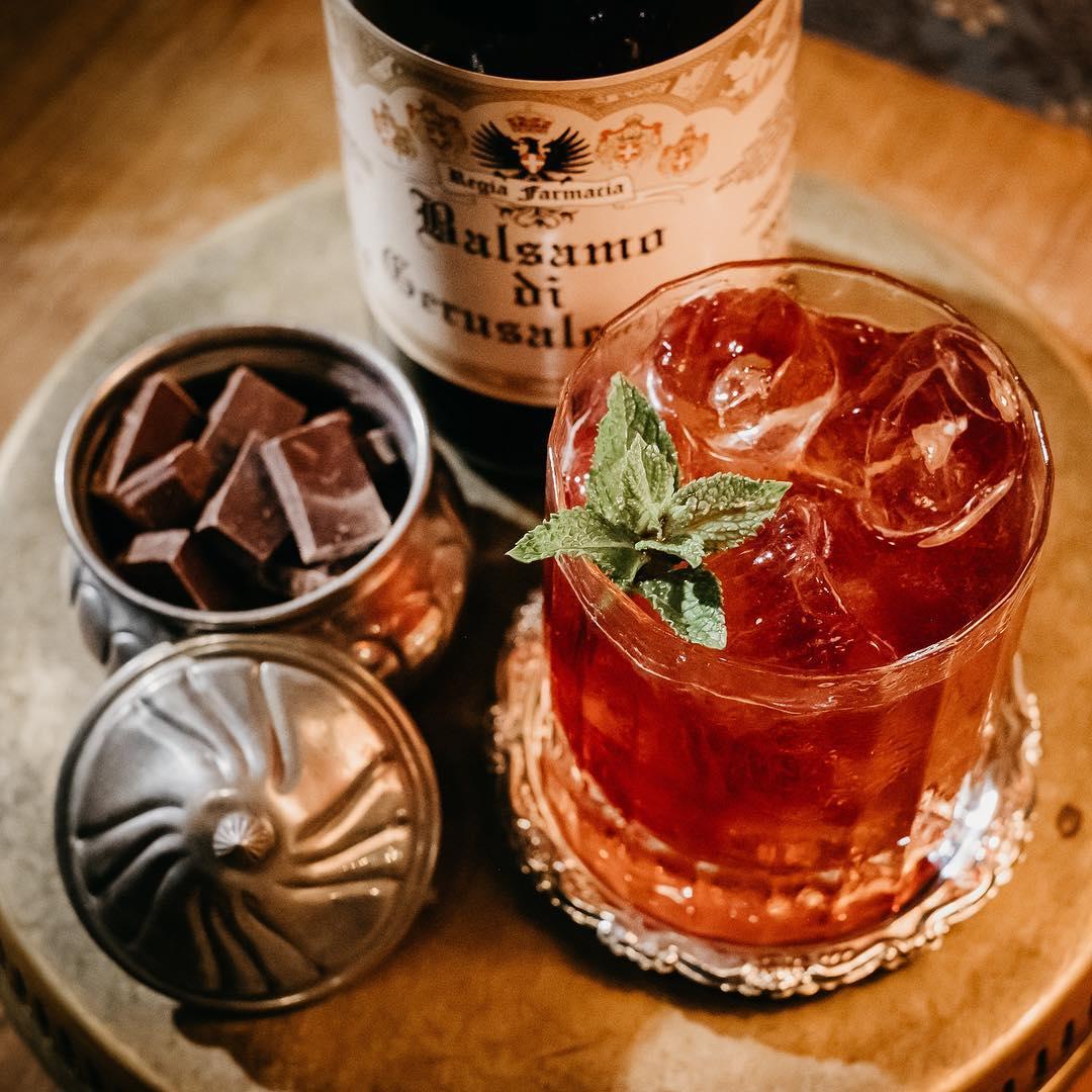 cocktail a base di rum e pezzi di cioccolato