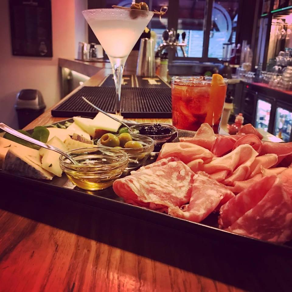 aperitivo con salumi e olive e 2 cocktail