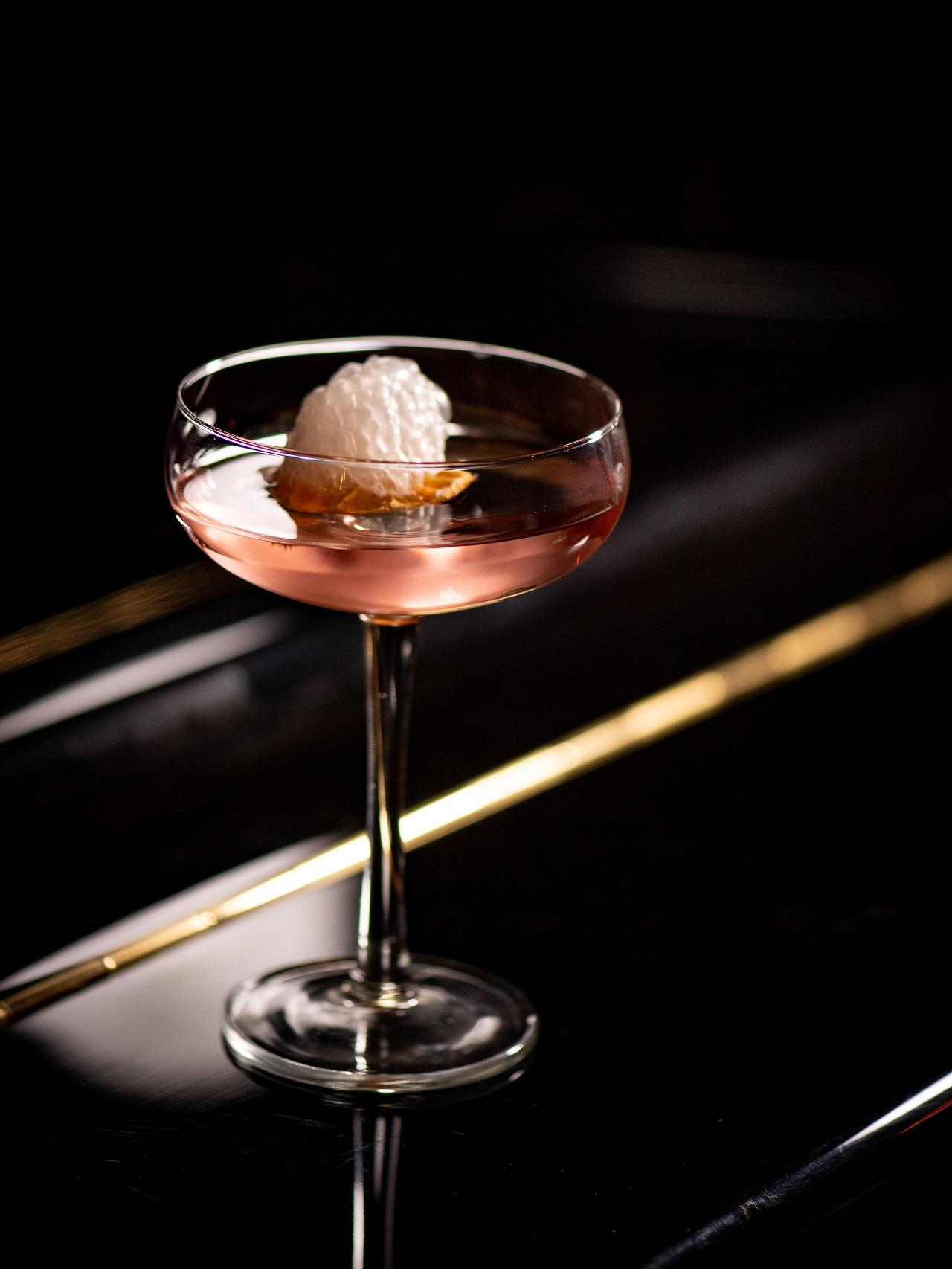 cocktail presentato in maniera elegante su sfondo nero