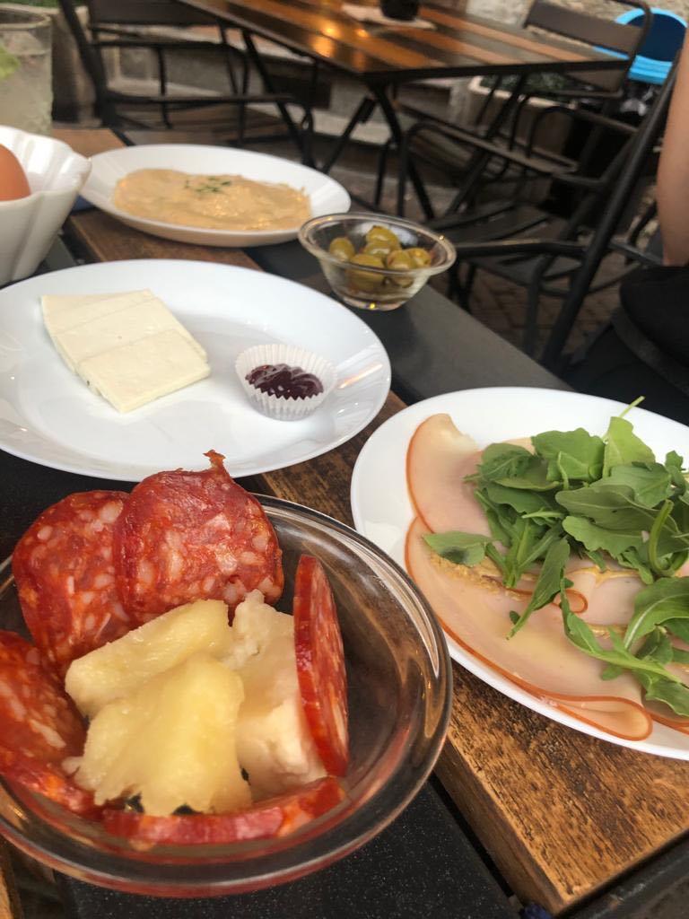 piattini con salame, formaggio e marmellata, fesa di tacchino e rucola