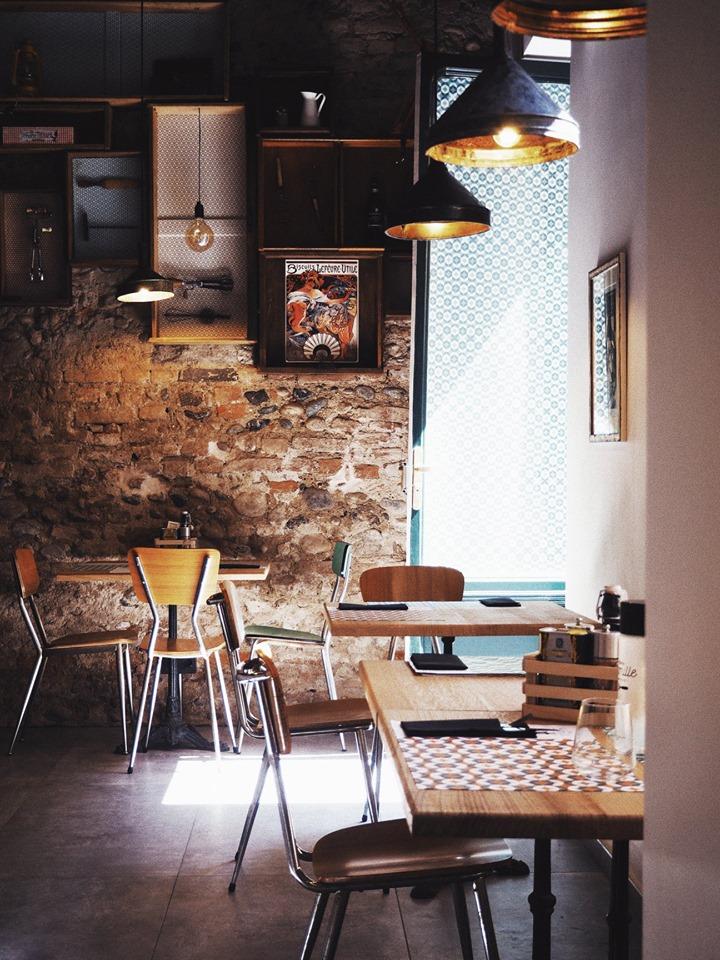 tavolini e sedie in legno, muro in pietra