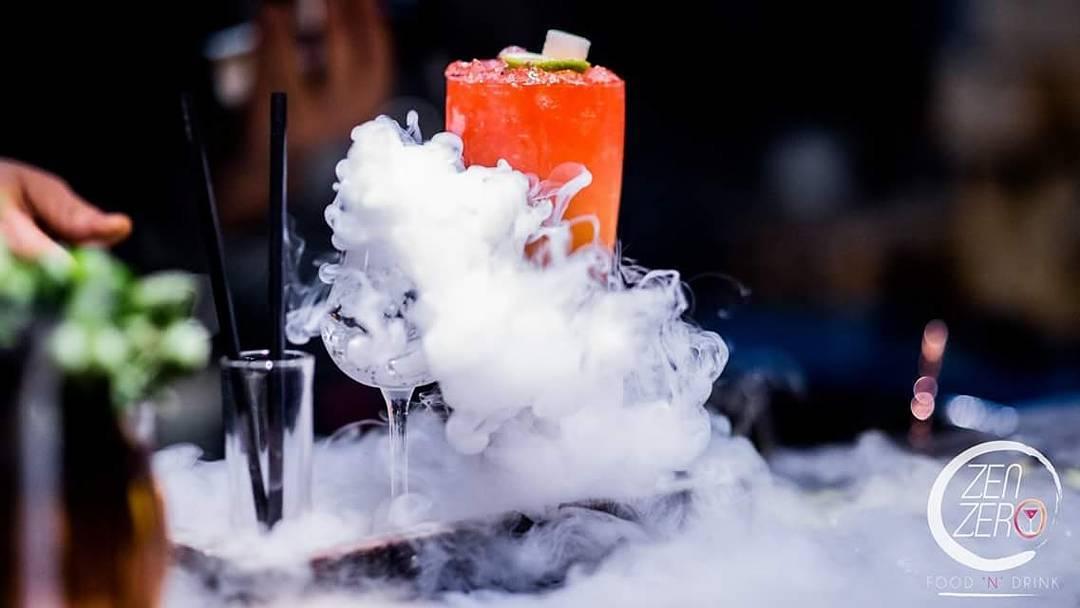 cocktail ross avvolto da fumo bianco