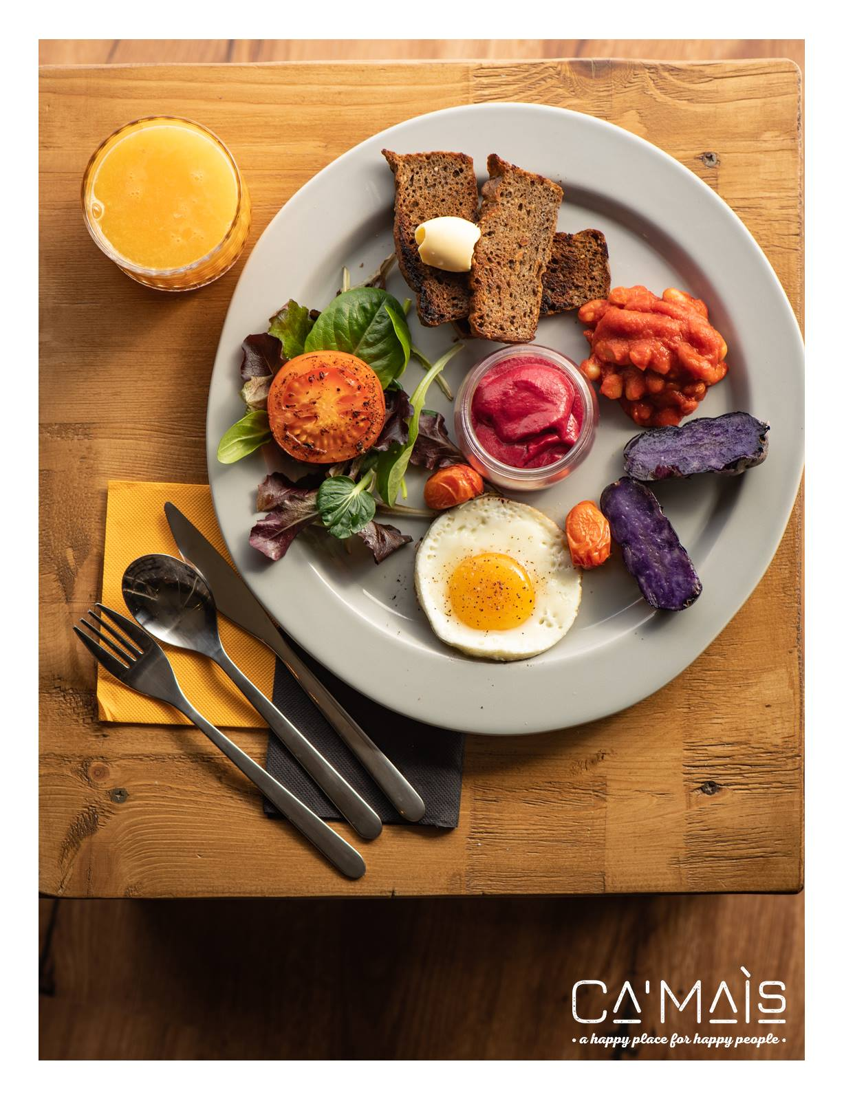 english breakfast: uova, pane, fagioli e patate viola