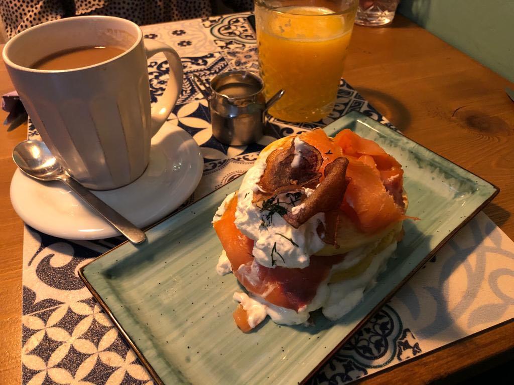 pancake con salmone, e creme fraiche e spremuta d'arancia.