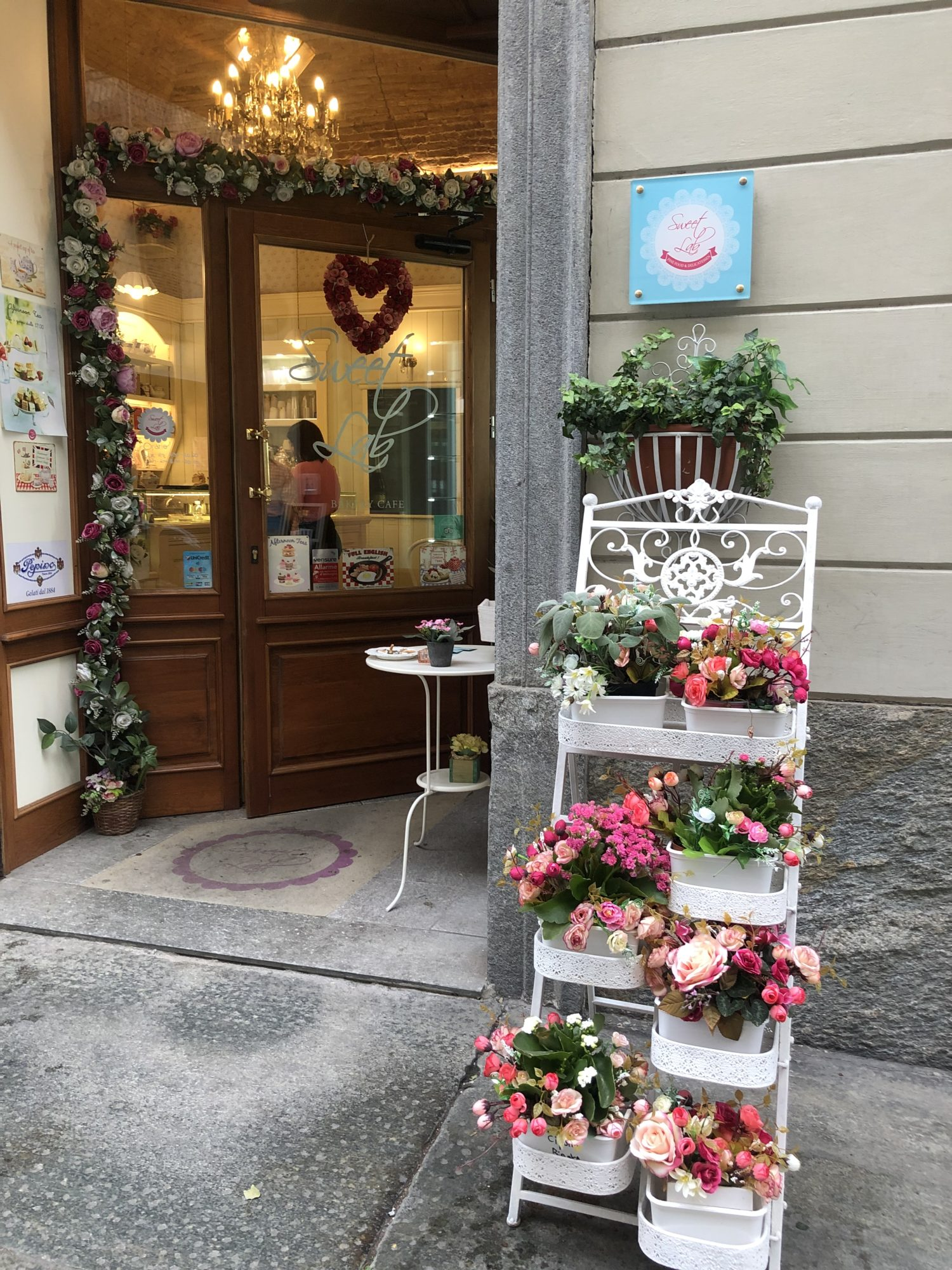 ingresso locale con tanti fiori di colore rosa